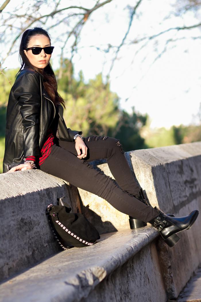 Look casual jeans rotos de Mango con botines con hebillas bloggers moda tendencia Zara