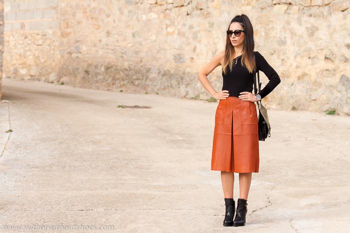 como llevar una falda midi de cuero con botines de tacon