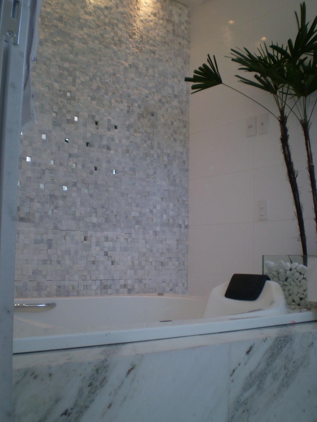 Deixei ponto pra tv na parede da banheira tão vendo (alí perto do  #9E6E2D 1200x1600 Banheiro Com Banheira E Tv
