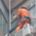 Bombero salva la vida a una mujer en China. Espectacular vídeo