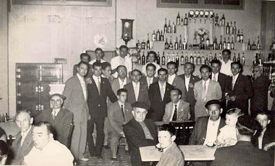 Ajedrecistas en café de La Pobla de Lillet disputando el III Torneo Nacional de Ajedrez de La Pobla de Lillet 1957