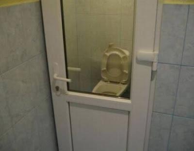 Des WC vitrés, franchement la honte !