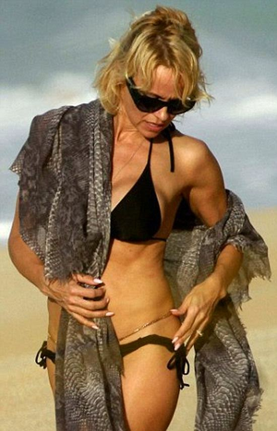 Styling her fashion beach in a dark bikini, the 47-year-old looked anything but fabulous on their special day at Hawaii on Thursday, December 25, 2014.