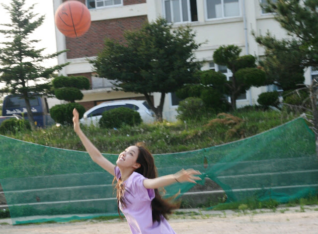 t-ara hyomin play basketball