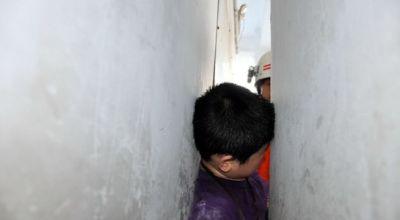 Anak SD ini Terjepit Tembok