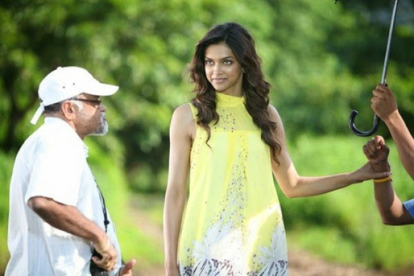 Deepika Padukone in Yellow Tight Top seducing the mens on sets