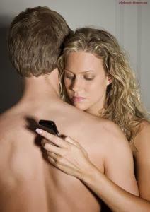 woman-wife-cheating-man-husband-كيف تعرف ان زوجتك تخونك