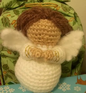 http://translate.google.es/translate?hl=es&sl=en&tl=es&u=http%3A%2F%2Fwww.craftycattery.com%2F2012%2F02%2Famigurumi-nativity-crocheted-angel.html