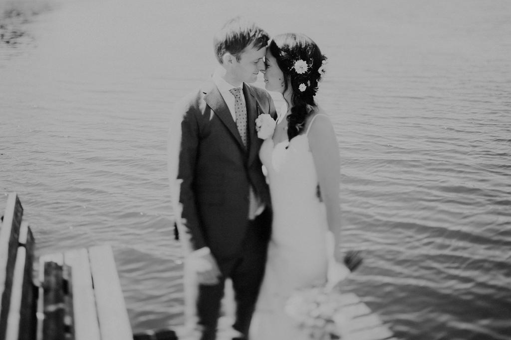 Bröllopsporträtt vid vatten