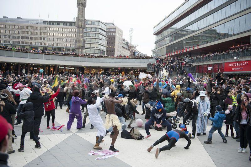 Puno mladih ljudi okupljeno na trgu igra Harlem Shake