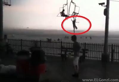 chica salta de telesilla en la playa en estados unidos