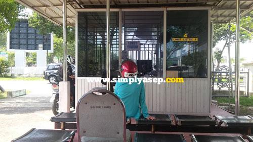 SEPI :  Jika membayar tagihan listrik PLN lebih awal biasanya sepi lancar tidak ada antrian panjang.  Nah bayarlah tepat waktu agar lancar tidak antre.  Foto Indonesia