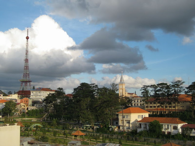 Catedral de Da Lat con pequeña Eiffel en Dalat