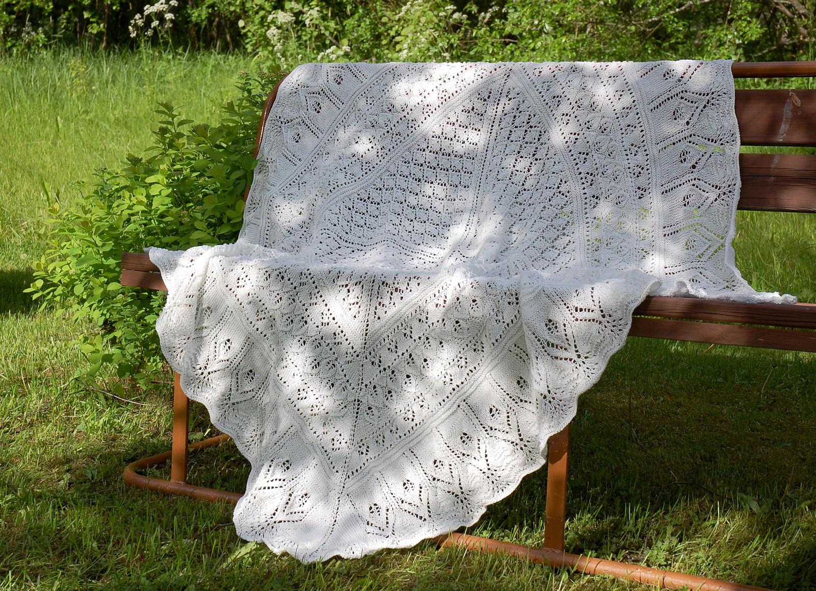 работа Konststycket, размер 270 x 130 см, спицы 3,5 мм, нитки Garnstudio DROPS Silke-Tweed (шелк/шерсть, 200 м/50 г); ушло 7 мотков. Детское одеяло