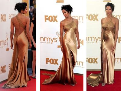 vestido com decote profundo nas costas em tecido sedoso que revela as curvas