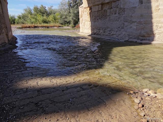 guadalquivir, río, lecho seco, puente romano, córdoba, españa, turismo, pasear, ribera, molino San Antonio, rocas, piedras