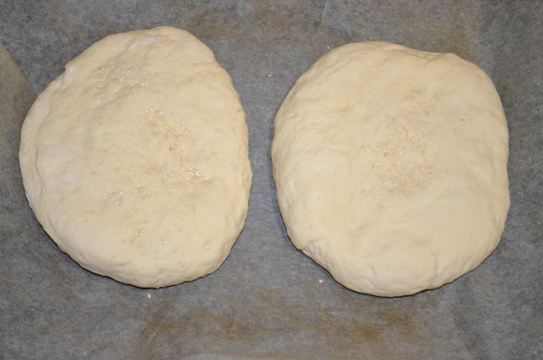 Хлеб домашний: Тесто посыпать кунжутом