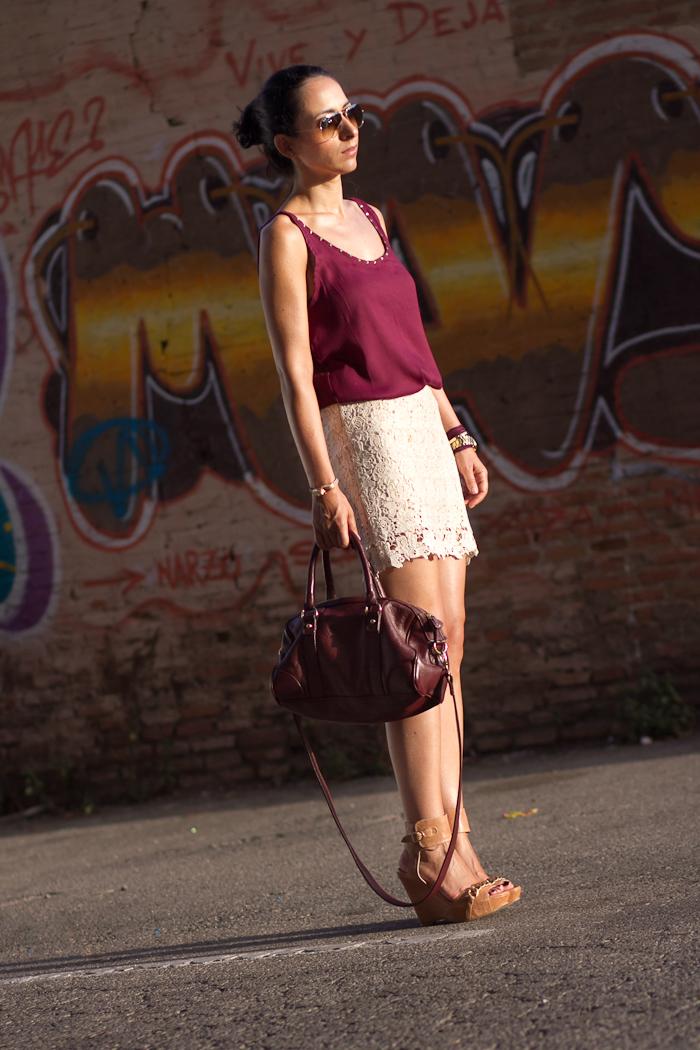 Look con falda de crochet y top de seda burgundy con cuñas nude