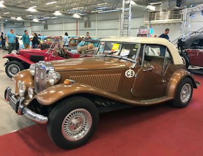 O MP Lafer 1977 marrom metálico barroco de Custodio Saraiva. Este carro já havia sido dele há muitos anos, tendo sido recomprado recentemente.