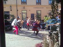 Häftiga dansare höjer stämningen på marknadstorget :-) i Knäppingsborg