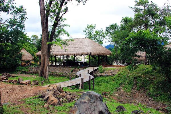 Cabanas de madera en las Cataratas Somphamit - Cataratas Li Phi