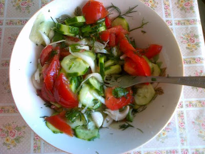 salata de rosii, castraveti si ceapa verde
