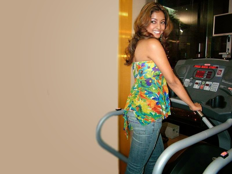 Tanushree Dutta looks Very Hot And Sexy In Her Tight blue jeans In Gym Doing Workout