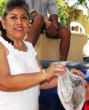 Isolina Kantún, presidenta DIF Municipal regala pescado en Calkiní. 30mar2011.