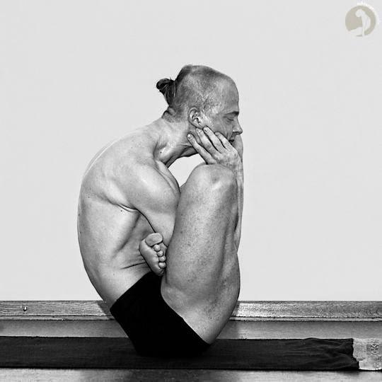 Yoga Postura Garbha Pindasana