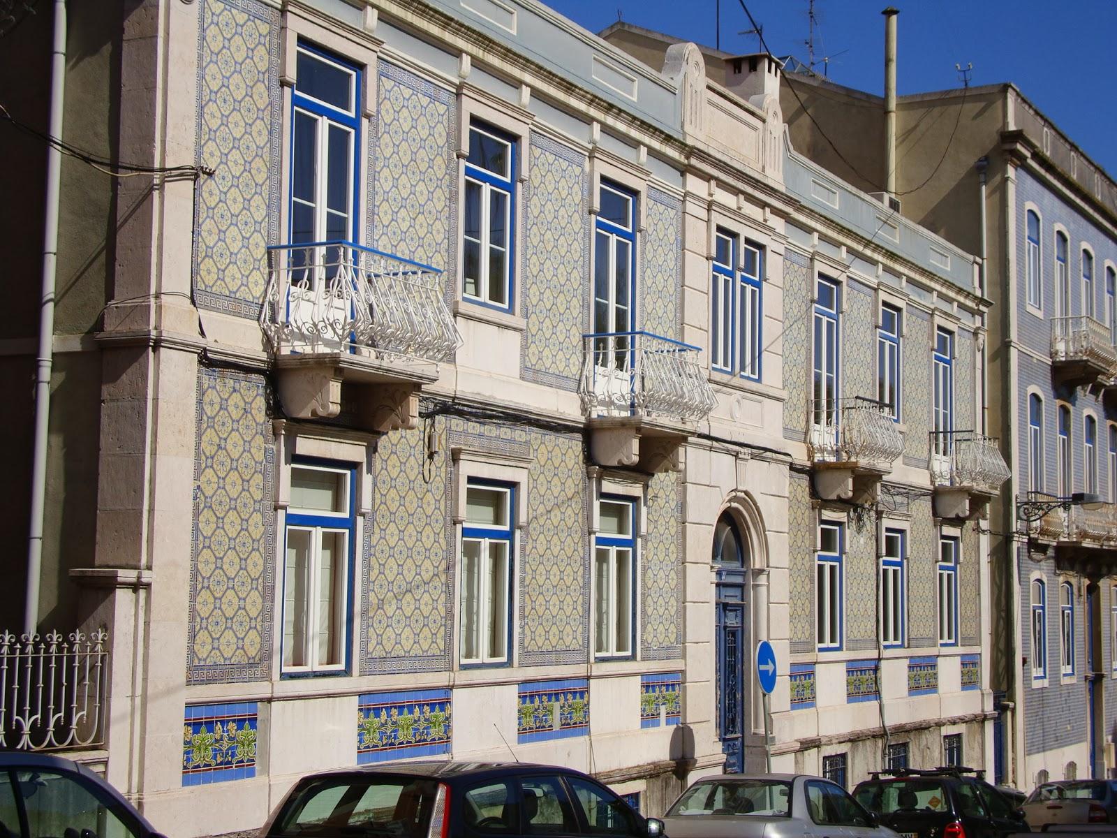 Tempo e historias azulejos devesas numa fachada lisboeta for Fachadas de casas con azulejo