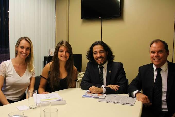 O deputado Jean Wyllys com Juliana Dal Pino, Caroline Bruggemann e Ricardo Loureiro da Johnson & Johnson.
