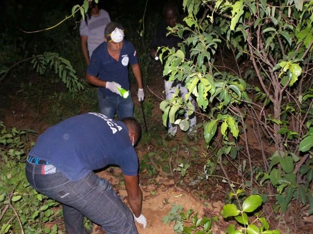 Corpo foi encontrado enterrado em um matagal próximo ao bairro de Cerradão, no centro de Cristópolis (Foto: Ivan Gehlen / blogbraga )