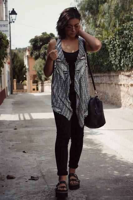 camiseta-pitillos-ugly-zapatos-chaleco-etnico