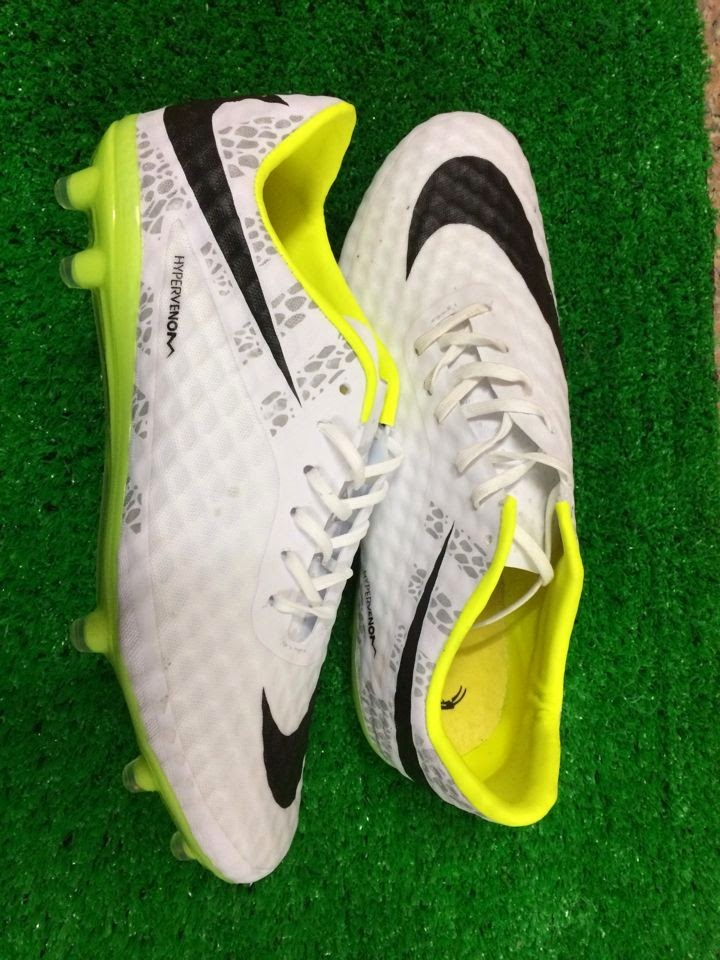2e4ac10f4a2d The Nike Flash Pack adds reflective strips to your shoes to help light up  your game. Combined with the brilliant white base design