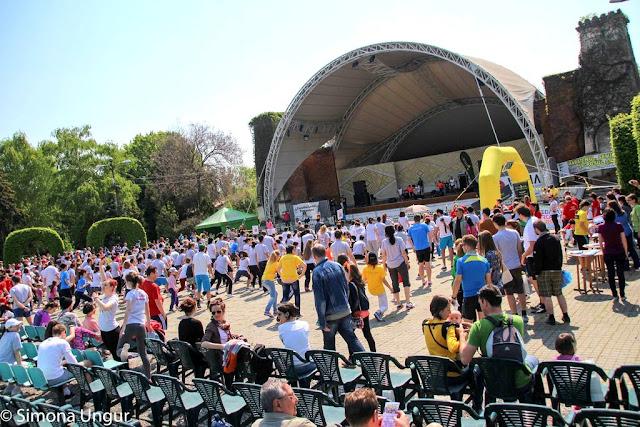 Timotion, eveniment de alergare marca Alergotura. Timişoara se mişcă. 23 Aprilie 2016. Grup de oameni în Parcul Rozelor din Timişoara