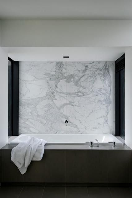 Ванная комната в стильном доме со статуей