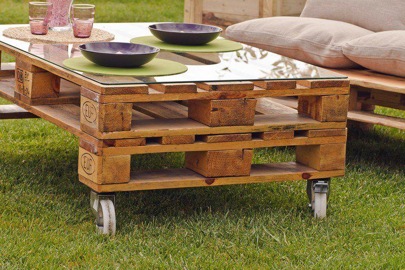 Jard n amueblado con muebles de palets for Mesas de palets para jardin