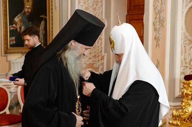 Патриарх Кирилл в Лавре вручает церковную награду архиепископу Сергиево-Посадскому Феогносту.