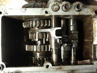 Couvercle oté, l'intérieur d'une boîte de vitesses de VELAM dans son jus.