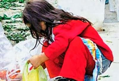 Μαθητρια τρωει αποφαγια απο τα σκουπιδια του σχολειου της