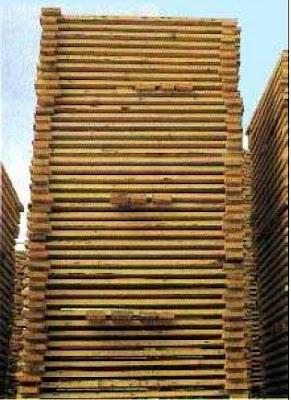 la madera se amontona, o apila, para su secado y conservación