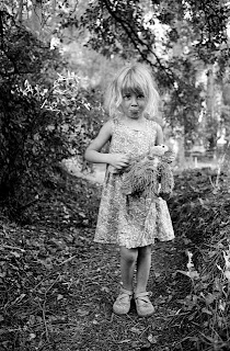 Portrait en pied de Mila (ma fille) en costume avec son doudou dans la forêt du Coquillon proche de notre potager.