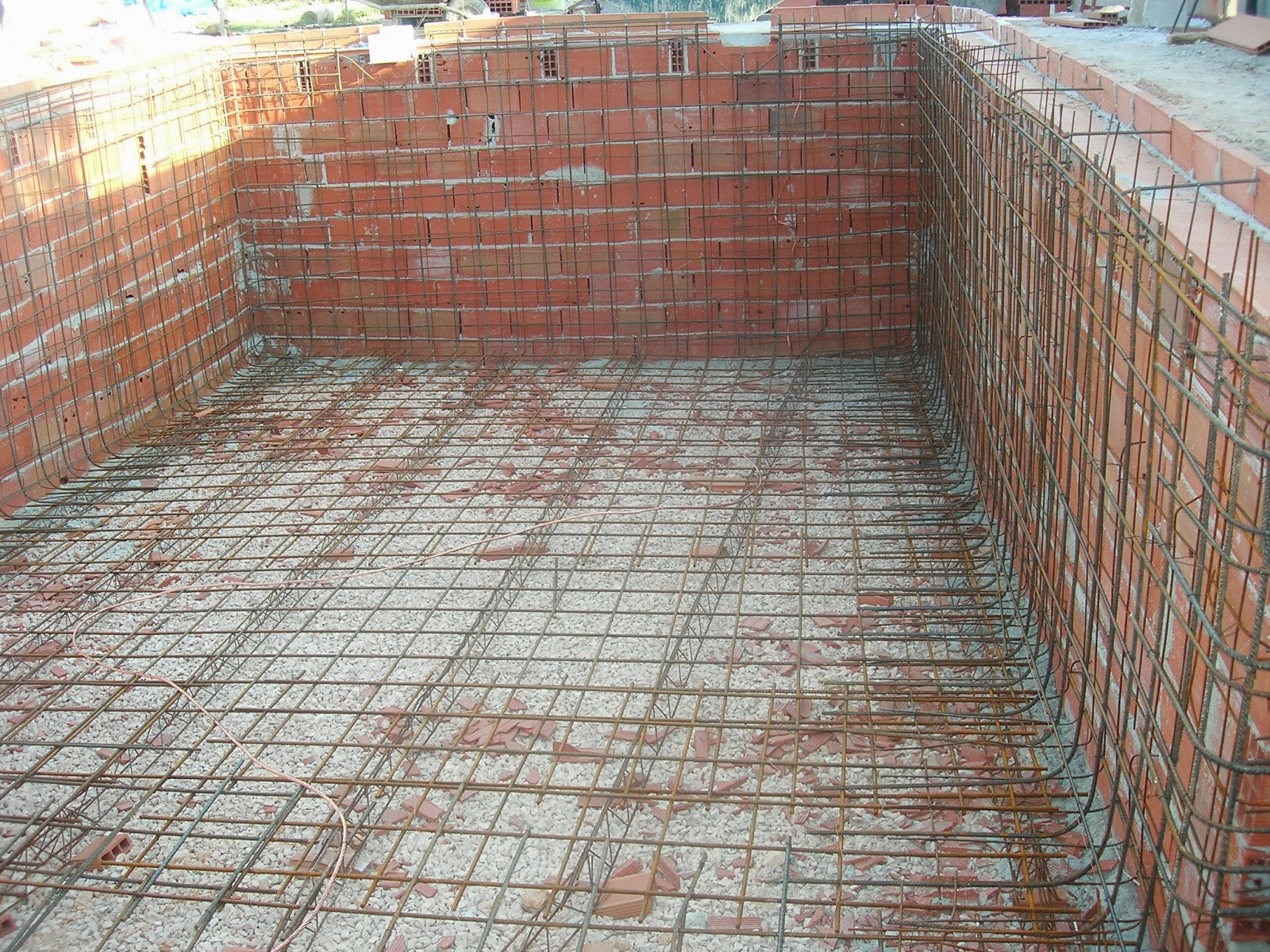Construide ejecuci n de una piscina proceso y ejemplo for Como hacer una piscina natural paso a paso