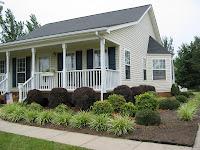 casa de madera estilo campestre de un piso blanca