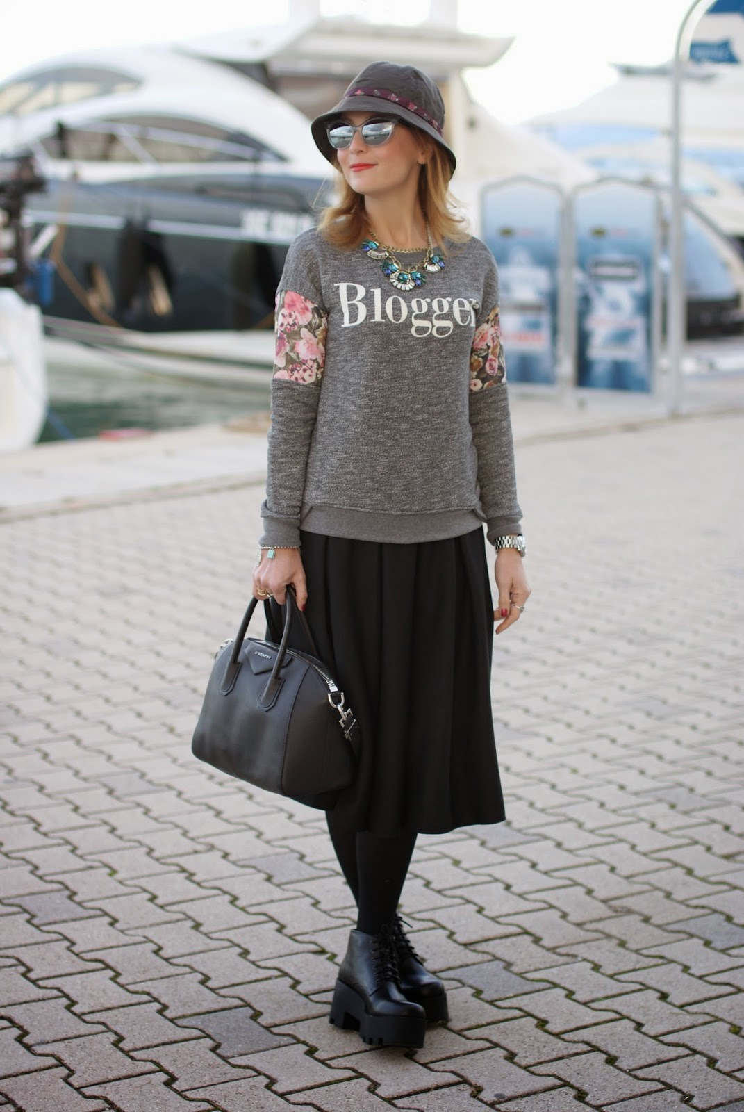 Felpa blogger con una gonna e la Givenchy Antigona, Fashion and Cookies, fashion blogger