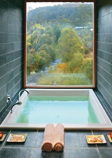 amazing, bathroom, jak urządzić łazienkę, nietypowa, okno, super, with window, z oknem, z widokiem, Łazienka, z przeszkleniem, na widoku, mała, przestrzeń