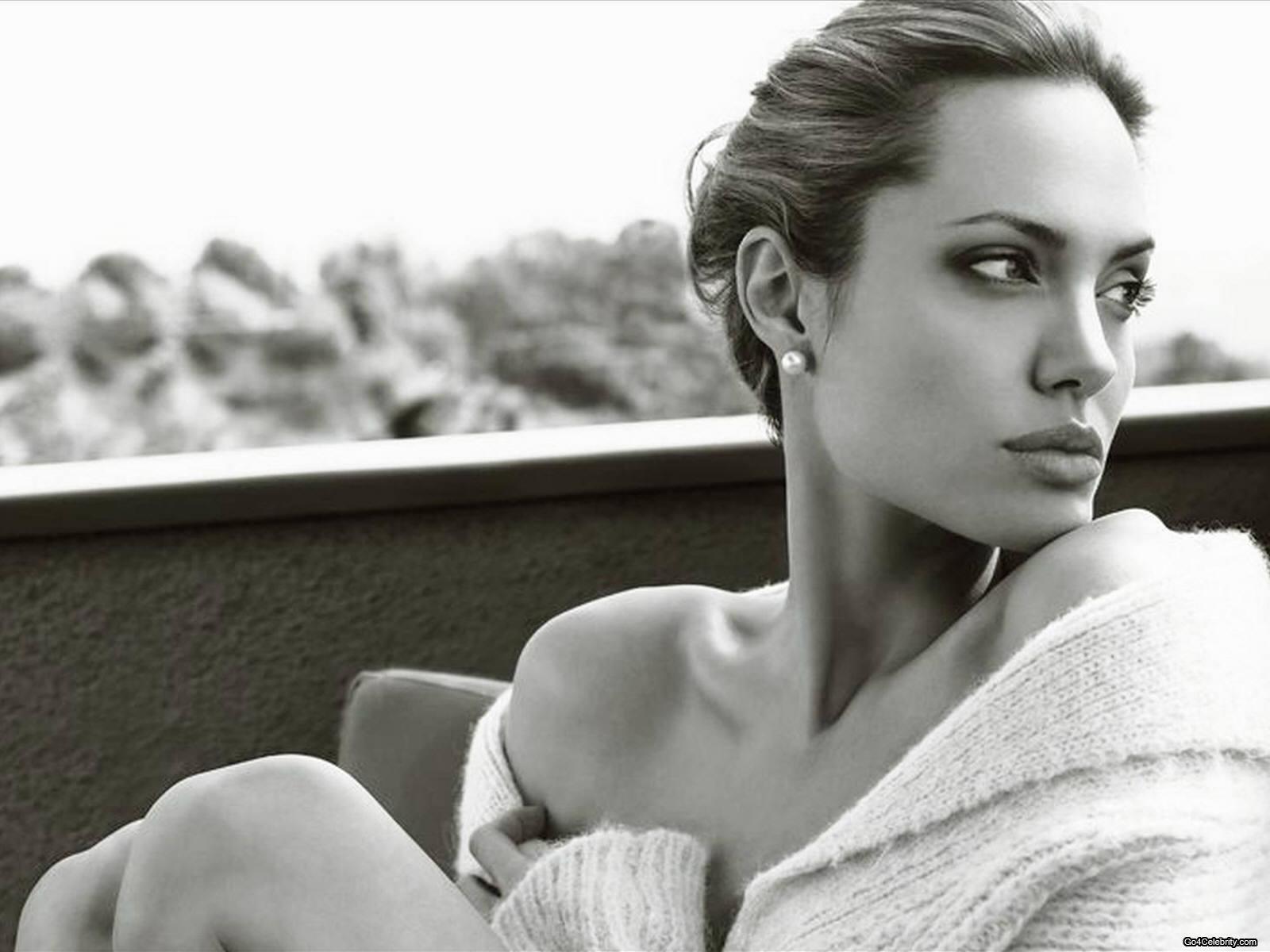 http://1.bp.blogspot.com/-OWcBB4e8l04/UBTkQh75g8I/AAAAAAAAMaM/CnaP8ZehcRg/s1600/Angelina-Jolie-112.jpg