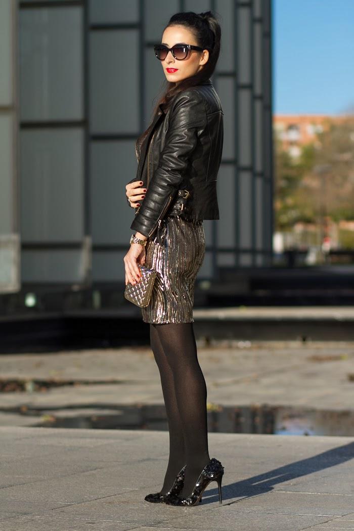 Look de Fiesta con Vestido dorado de lentejuelas y chaqueta negra de cuero con hebillas estilo rock