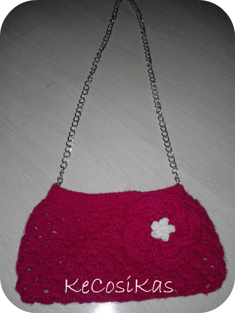 bolso realizado con lana berenjena decorado con floripondio