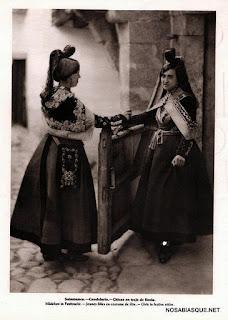 Candelarias con el traje de Fiesta en la casa del Canton de Candelario Salamanca